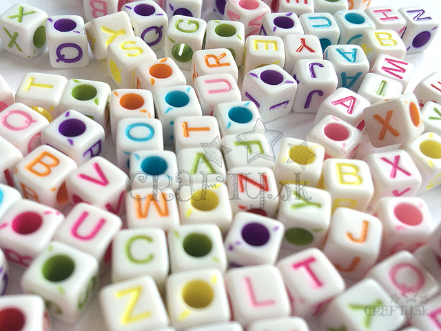 crafty.sk - Plastové korálky abeceda kocky biele - 20g f35882c74a1